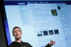"""Le fondateur et directeur général de Facebook, Mark Zuckerberg. Facebook a présenté jeudi la nouvelle version de son """"fil d'actualités"""", véritable coeur du profil des utilisateurs du réseau social, proposant une interface plus riche visuellement et mieux adaptée aux appareils nomades. /Photo prise le 7 mars 2013/REUTERS/Robert Galbraith"""