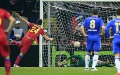 O jogador do Steaua Bucareste Raul Rusescu marca gol de pênalti contra o Chelsea pela Liga Europa nesta quinta-feira. REUTERS/Radu Sigheti
