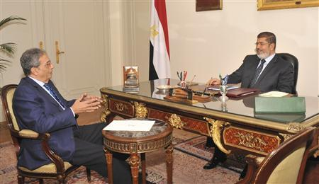 Egypt's President Mohamed Mursi (R) meets with former presidential candidate and former Arab League chief Amr Moussa at the presidential palace in Cairo November 3, 2012. REUTERS/Egyptian Presidency/Handout