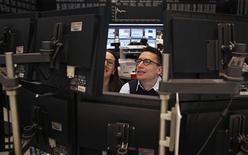 En Bourse de Francfort, où le Dax progressait de 0,76% vers 14h40 après l'annonce de chiffres de l'emploi américain de février meilleurs qu'attendu. Au même moment, Paris gagnait 1,32%, Londres 0,6%, Milan 1,7%, Madrid 2,13% et l'EuroStoxx 50 1,4%. /Photo prise le 8 mars 2013/REUTERS/Lisi Niesner