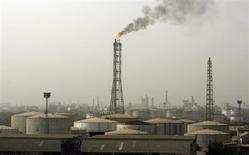 Нефтяные хранилища на НПЗ Bharat Petroleum Corporation Ltd в Бомбее 24 апреля 2008 года. Индия может прекратить импорт нефти из Ирана, так как страховые компании отказываются страховать переработчиков иранского сырья из-за санкций Запада, сообщил глава нефтеперерабатывающей компании MRPL. REUTERS/Punit Paranjpe