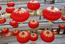 Украшения в виде фонарей в торговом центре в Пекине 20 февраля 2013 года. Противоречивая статистика обещает властям Китая сложности при настройке экономической политики, так как согласно данным, опубликованным на выходных, инфляция достигла в феврале 10-месячного максимума, а фабричное производство и потребительские расходы оказались хуже прогнозов. REUTERS/Kim Kyung-Hoon