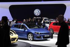 Stand Volkswagen au salon de l'automobile de Genève. Le nombre de véhicules vendus sous la marque Volkswagen a augmenté de 0,4% en février, la plus faible progression en 13 mois. Les ventes de la marque VW, la plus importante du groupe par les volumes, ont atteint 401.400 unités le mois dernier, contre 399.700 un an plus tôt. /Photo prise le 6 mars 2013/REUTERS/Denis Balibouse