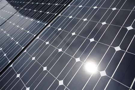 3月11日、再生可能エネルギーによる電気の買い取りを電力会社に長期間義務づける「固定価格買取制度」における2013年度の買取価格を検討してきた経済産業省の算定委員会は、太陽光発電による電気の買取価格の引き下げを求める意見書を取りまとめた。川崎市で昨年6月撮影(2013年 ロイター/Toru Hanai)