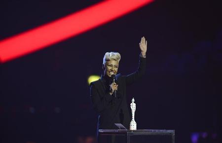 Singer Emeli Sande waves after being presented with the British Female Solo Artist award at the BRIT Awards, celebrating British pop music, at the O2 Arena in London February 20, 2013. REUTERS/Dylan Martinez