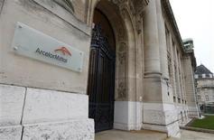 Le titre ArcelorMittal, sur lequel UBS est passé à l'achat, était en tête des hausses du CAC 40 lundi à la mi-séance de la Bourse de Paris. Le CAC reculait lui de 0,42% vers 12h50 à la Bourse de Paris, les craintes entourant la zone euro ayant été avivées par la dégradation de la note de crédit de l'Italie ainsi qu'une production industrielle en baisse en France. /Photo d'archives/REUTERS/François Lenoir