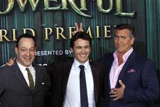 """Актеры Тед Рейми, Джеймс Франко и Брюс Кэмпбелл (справа налево) фотографируются перед премьерой фильма """"Оз: великий и ужасный"""" в кинотеатре El Capitan в Голливуде 13 февраля 2013 года. Высокобюджетный 3D-фильм """"Оз: великий и ужасный"""" собрал в минувший уикенд больше $80 миллионов в кинотеатрах США и Канады, показав лучший старт на североамериканском рынке в 2013 году. REUTERS/Patrick Fallon"""
