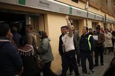 Люди стоят в очереди в государственный центр трудоустройства в Малаге 4 марта 2013 года. Европа потратила сотни миллиардов евро, спасая банки, но в результате рискует получить потерянное поколение, считает президент Европарламента. REUTERS/Jon Nazca