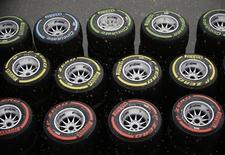 Pirelli, le cinquième fabricant mondial de pneumatiques, publie des résultats 2012 en ligne avec ses propres objectifs récemment revus en baisse et compte sur le segment premium pour améliorer ses ventes cette année. /Photo d'archives/REUTERS/Tim Chong