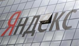 Логотип Яндекса на здании штаб-квартиры компании в Москве 14 июня 2012 года. Крупнейший российский интернет-поисковик Яндекс объявил во вторник, что акционеры компании, включая сооснователя и гендиректора Аркадия Воложа, продадут около 7,4 процента ее акций рыночной стоимостью около $600 миллионов. REUTERS/Maxim Shemetov
