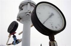 Датчик давления на газокомпрессорной станции в украинском городе Боярка 7 января 2009 года. Стоимость российского газ вне СНГ немного снизилась в начале 2013 года, и Газпром ждет дальнейшего сокращения среднегодовой цены после того, как в 2012 году клиентам были предоставлены скидки. REUTERS/Konstantin Chernichkin