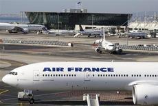 Air France-KLM a enregistré en février un trafic et des capacités stables dans le transport de passagers mais a connu un recul de 4,3% de son activité de fret. /Photo d'archives/REUTERS/Régis Duvignau
