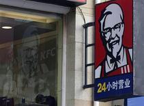 Le titre Yum Brands, maison mère des restaurants KFC, figure au rang des valeurs à suivre ce mardi sur les marchés américains, après avoir annoncé la veille une hausse inattendue de 2% de son chiffre d'affaires au mois de février en Chine, confirmant ainsi le redressement de son activité sur son plus gros marché. /Photo prise le 26 février 2013/REUTERS/Kim Kyung-Hoon