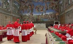 Cardeais entram na Capela Sistina, do Vaticano, para o início do conclave que vai eleger o novo papa. 12/03/2012 REUTERS/Vaticano CTV via Reuters TV