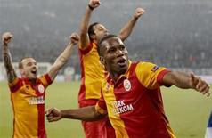 Didier Drogba e outros jogadores do Galatasaray comemoram classificação na Liga dos Campeões após vitória sobre o Schalke 04 nesta terça-feira. REUTERS/Wolfgang Rattay