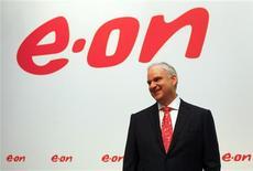 Le PDG d'E.ON Johannes Teyssen. Le numéro un allemand des services aux collectivités, dont le bénéfice net a atteint 2,22 milliards d'euros au titre de 2012, a confirmé la prochaine vente, en 2013 ou 2014, de ses parts dans la firme d'enrichissement d'uranium Urenco. /Photo prise le 13 mars 2013/REUTERS/Wolfgang Rattay