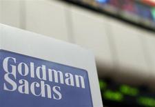 """Логотип Goldman Sachs в торговом зале Нью-Йоркской фондовой биржи, 16 апреля 2012 года. Аналитики Goldman Sachs понизили прогноз курса рубля через квартал и полугодие, сославшись на ожидаемое сокращение профицита текущего счета на фоне оттока капитала, """"национализации элит"""" и неопределенности с политикой нового руководства Центробанка. REUTERS/Brendan McDermid"""