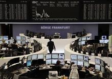 Les Bourses européennes accentuent leurs pertes à mi-séance et l'euro cède du terrain à la suite de statistiques décevantes pour la zone euro et d'une adjudication de dette du Trésor italien qui s'est conclue par un bond en avant des coûts d'emprunt pour Rome. À Paris, l'indice CAC 40 perdait 0,54% à vers 12h50, tandis qu'à Francfort, le Dax cédait 0,2%. /Photo prise le 13 mars 2013/REUTERS/Remote/Lizza David