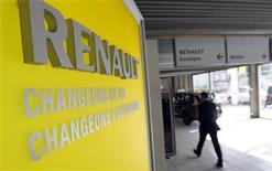 Renault reculait de 1,8% vers 12h45 à la Bourse de Paris mercredi après que JP Morgan a abaissé son conseil sur le titre de surpondérer à neutre. Le groupe a signé dans la matinée avec trois syndicats son accord de compétitivité en France qui, selon son président Carlos Ghosn, lui permettra d'économiser 500 millions d'euros par an. /Photo prise le 1er mars 2013/REUTERS/Régis Duvignau