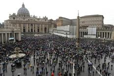Faithful wait holding umbrellas at Saint Peter's Square at the Vatican March 13, 2013. REUTERS/Alessandro Bianchi