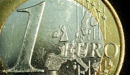 La zone euro pourrait sortir de récession au deuxième trimestre, mais elle ne le devra qu'à la vigueur de l'économie allemande, selon une enquête Reuters dont les résultats ne donnent guère de chance au bloc monétaire de se relever sensiblement dans l'immédiat. /Photo d'archives/REUTERS/Peter Macdiarmid