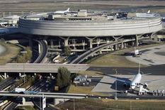 Le terminal 2 de l'aéroport Roissy-Charles-de-Gaulle. Aéroports de Paris a annoncé une baisse de 1,8% de son trafic en février sur un an, sous le coup d'un recul des vols internationaux, particulièrement marqué vers l'Amérique du Nord. /Photo d'archives/REUTERS/Veronique Paul/ADP