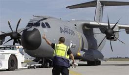 Airbus a annoncé que l'avion de transport militaire A400M avait obtenu son certificat de type civil complet, franchissant ainsi une étape essentielle avant la livraison du premier appareil à l'armée de l'air française prévue au deuxième trimestre. L'ultime étape avant sa première livraison à la France, qui en a commandé 50 exemplaires, sera la certification au standard militaire de l'appareil, rappelle la filiale d'EADS dans un communiqué. /Photo prise le 10 septembre 2012/REUTERS/Tobias Schwarz