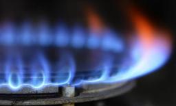 Газовая конфорка в городе Боробридж в северной Англии 13 ноября 2012 года. Европейские спотовые газовые котировки сравнялись с ценами на российский газ, по которым Газпром продает топливо в Европу по долгосрочным контрактам, привязанным к стоимости нефти, показали данные Рейтер в среду. REUTERS/Nigel Roddis/Files