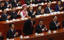 Новоиспеченный президент Китая Си Цзиньпин кланяется во время пленарного заседания Всекитайского собрания народных представителей в Доме народных собраний в Пекине 14 марта 2013 года. Китайский парламент в четверг официально утвердил Си Цзиньпина новым президентом страны, завершив вторую упорядоченную передачу власти с того времени, как Коммунистическая партия пришла к власти в 1949 году. REUTERS/Barry Huang