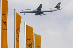 Самолет немецкой компании Lufthansa приземляется в аэропорту во Франкфурте-на-Майне, 14 марта 2013 года. Немецкий авиагигант Deutsche Lufthansa ждет увеличения операционной прибыли в 2013 и 2014 годах, однако отмечает, что этот рост будет умеренным из-за макроэкономических факторов и расходов на реструктуризацию. REUTERS/Kai Pfaffenbach