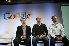 Глава HTC Питер Чу, руководитель разработок Google Android Энди Рубин и вице-президент по управлению продуктами Google Марио Кьерос (слева направо) отвечают на вопросы во время Q&A-сессии в штаб-квартире Google в Маунтин-Вью (Калифорния), 5 января 2010 года. Энди Рубин, архитектор Android, самой популярной мобильной операционной системы, решил уйти со своего поста в компании после объединения двух отделений Google Inc под одной крышей, сообщила компания в среду вечером. REUTERS/Robert Galbraith