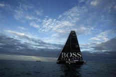 Парусник команды Hugo Boss проплывает мимо Сан-Хосе, 18 ноября 2011 года. Немецкий дом мод Hugo Boss ожидает роста бизнеса в США и Восточной Европе, а также в Азии - в основном за счет оживления продаж в Китае. REUTERS/Juan Carlos Ulate