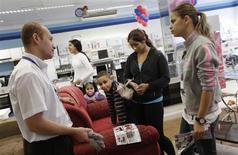 Membro da equipe de vendas da rede varejista Casas Bahia conversa com uma família, em loja em São Paulo, 7 de fevereiro de 2013. As vendas no varejo brasileiro subiram 0,6 por cento em janeiro ante dezembro e registraram elevação de 5,9 por cento em relação a igual mês de 2012, informou o IBGE. 07/02/2013 REUTERS/ Nacho Doce