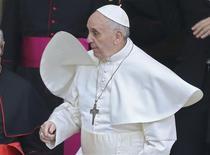 Le pape François a fait un détour jeudi par l'hôtel où il était descendu à son arrivée à Rome et a insisté pour régler la note de sa chambre. /Photo prise le 14 mars 2013/REUTERS/Alessandro Bianchi