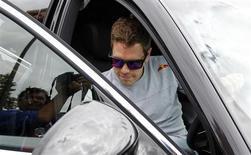 O piloto de Fórmula Um da Red Bull Sebastian Vettel, da Alemanha, deixa seu carro em Melbourne, Austrália. 14/03/2013 REUTERS/Daniel Muñoz