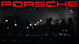 Porsche vise pour 2013 des résultats équivalents à ceux de l'an dernier. En 2012, la marque de voitures de luxe du groupe Volkswagen a réalisé un résultat opérationnel de 2,44 milliards d'euros. /Photo prise le 6 mars 2012/REUTERS/Valentin Flauraud