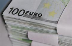 Vingt banques vont rembourser en avance 6,817 milliards de prêts d'urgence à la Banque centrale européenne (BCE) la semaine prochaine. Le remboursement, qui doit avoir lieu le 20 mars, est plus important que ce que prévoyaient en moyenne 20 courtiers interrogés par Reuters, mais reste très en-dessous des 137,2 milliards d'euros remboursés par les banques le 25 janvier. /Photo d'archives/REUTERS/Thierry Roge