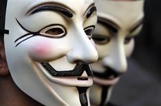 Демонстранты в масках Anonymous принимают участие в акции протеста в Риме, 12 октября 2011 года. Федеральный суд присяжных выдвинул обвинения против заместителя редактора информагентства Reuters по работе с социальными сетями Мэтью Кейса за сговор с хакерами из Anonymous с целью взлома компьютеров бывшего работодателя Кейса Tribune Co. REUTERS/Stefano Rellandini