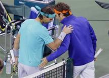Espanhol Rafael Nadal (E) e suíço Roger Federer cumprimentam-se antes do aquecimento para a partida das quartas-de-final do Masters de Indian Wells, na Califórnia. 14/03/2013 REUTERS/Danny Moloshok