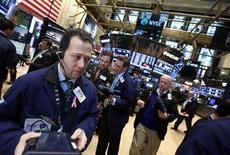 Wall Street a fini dans le rouge vendredi, les investisseurs marquant une pause juste en dessous du record historique S&P 500, un repli qui a mis fin à la plus longue série de hausses consécutives de l'indice Dow Jones depuis 1996. Ce dernier a cédé 0,17%, le Standard & Poor's 500 a abandonné 0,16% et le Nasdaq Composite a reculé de 0,3%. /Photo prise le 15 mars 2013/REUTERS/Brendan McDermid