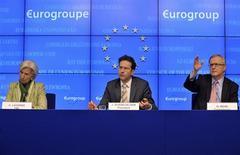 La directrice générale du FMI Christine Lagarde, le président de l'Eurogroupe Jeroen Dijsselbloem et le commissaire européen aux Affaires économiques et monétaires Olli Rehn, samedi à Bruxelles. Au terme d'une réunion de plus de dix heures, les ministres des Finances de la zone euro ont annoncé samedi dix milliards d'euros d'aide pour Chypre mais ont brisé un tabou pour leur cinquième plan de sauvetage national en mettant à contribution les déposants des banques de l'île. /Photo prise le 16 mars 2013/REUTERS/Eric Vidal