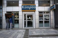 Le Parlement chypriote a reporté à lundi la session extraordinaire durant laquelle il devait approuver la taxation des sommes déposées sur les comptes bancaires, condition du plan européen d'aide financière bouclé dans la nuit de vendredi à samedi. /Photo prise le 17 mars 2013/REUTERS/Yorgos Karahalis