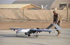 Soldado norte-americano empurra nave não-tripulada após pouso em Camp Leatherneck, no Afeganistão, em foto divulgada pelo Corpo de Fuzileiros Navais em novembro de 2011. O presidente Barack Obama, que aumentou o número de ataques com aviões não tripulados, chamados de drones, contra suspeitos de terrorismo no exterior, busca influenciar as diretrizes mundiais para a utilização do armamento. REUTERS/U.S. Marine Corps/Sgt. Eric D. Warren/Divulgação