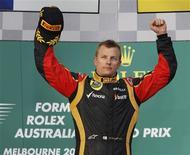 Piloto da Lotus Kimi Raikkonen, da Finlândia, comemora vitória no Grande Prêmio da Austrália de Fórmula 1 no circuito de Albert Park, em Melbourne. 17/03/2013 REUTERS/Brandon Malone