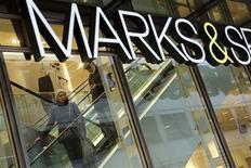 Qatar Holding, l'office d'investissement du fonds souverain de l'Emirat, ne prépare pas une OPA sur le distributeur britannique Marks and Spencer Group, selon une source proche du fonds. /Photo prise le 11 janvier 2013/REUTERS/Chris Helgren