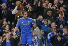 Meio-campista Frank Lampard do Chelsea celebra gol contra o West Ham durante a Premier League inglesa de futebol, em Stamford Bridge, Londres, 17 de março de 2013. Chelsea venceu o West Ham por 2 x 0 e ultrapassou o rival Tottenham Hotspur, com direito a gol de número 200 de Lampard. 17/03/2013 REUTERS/Andrew Winning