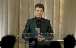 """Cantor David Bowie recebe prêmio por Conjunto de Realizações na Carreira (Lifetime Achievement) na premiação Webby, que homenageia conteúdo online, em Nova York, em junho de 2007. David Bowie voltou ao topo das paradas de álbuns britânicas no domingo pela primeira vez em 20 anos, com uma coleção de novas gravações aclamada por um crítico como o """" maior retorno na história do rock'n'roll"""". 05/06/2007 REUTERS/Lucas Jackson"""