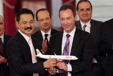 Devant François Hollande, le PDG d'Airbus Fabrice Brégier (à droite) et celui de Lion Air, Rusdi Kirana, à l'Elysée. La compagnie aérienne indonésienne à bas coûts a passé une commande record à Airbus évaluée à 18,4 milliards d'euros et qui porte sur 234 appareils monocouloirs de la famille A320. /Photo prise le 18 mars 2013/REUTERS/Philippe Wojazer