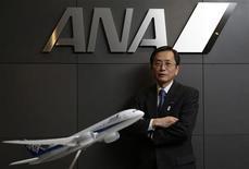 Selon le vice-président de la compagnie aérienne All Nippon Airways (Ana), Osamu Shinobe, l'objectif de Boeing de voir ses appareils B787 Dreamliner, actuellement cloués au sol, voler à nouveau dans les prochaines semaines est un scénario optimal. Cet objectif est trop incertain pour qu'Ana, plus gros client de l'avionneur américain, puisse annoncer une date de reprise opérationnelle des vols de sa flotte de B787. /Photo prise le 18 mars 2013/REUTERS/Toru Hanai