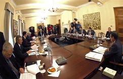 Президент Кипра Никос Анастасиадес (справа) на встрече с кабинетом министров в Никосии, 17 марта 2013 года. Парламент Кипра вряд ли одобрит закон о налогообложении депозитов, заявил во вторник представитель правительства Кристос Стилианидес. REUTERS/Stringer
